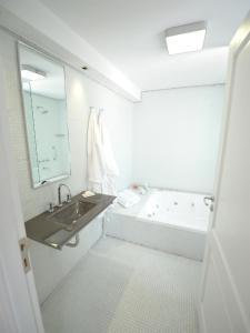A bathroom at Patios de San Telmo