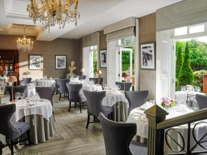 A restaurant or other place to eat at Hayfield Manor