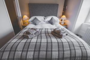 A bed or beds in a room at Kings Arms