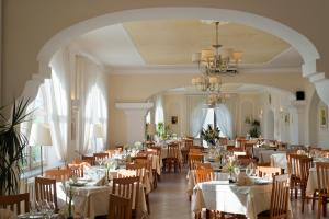 A restaurant or other place to eat at Casa Di Meglio Dependance