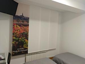 A television and/or entertainment center at Hostal Rioja Condestable