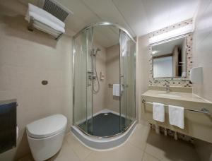 A bathroom at YHA Mei Ho House Youth Hostel