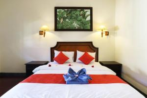 A bed or beds in a room at Wayan Homestay Sanur