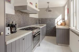 A kitchen or kitchenette at Luxury City Apartment