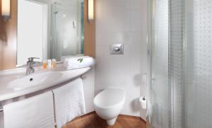 A bathroom at Comfort Hotel Olomouc Centre