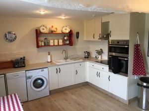 A kitchen or kitchenette at Far Hill Cottage