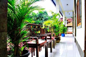 A restaurant or other place to eat at Nakula Guest House