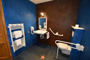 A bathroom at Hôtel De Calais