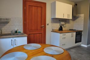 A kitchen or kitchenette at Apartament w lesie
