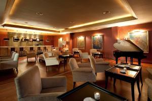 El salón o zona de bar de Elba Estepona Gran Hotel & Thalasso Spa