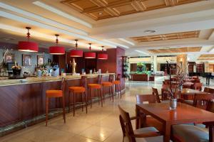 Un restaurante o sitio para comer en Elba Estepona Gran Hotel & Thalasso Spa