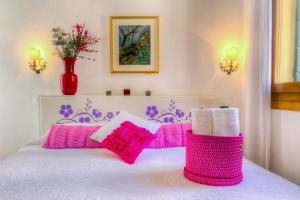 A bed or beds in a room at Residenza De L'Osmarin Suites