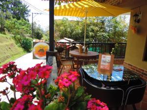 Un restaurante o sitio para comer en Oak Tree house