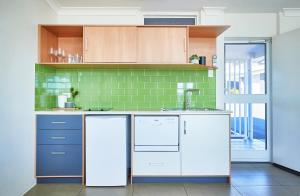 A kitchen or kitchenette at Harbour View Apartments