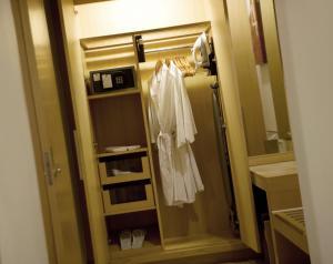 A bathroom at Holiday Inn Resort Baruna Bali, an IHG Hotel