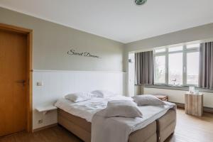 Een bed of bedden in een kamer bij West Bay