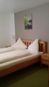 A bed or beds in a room at Gasthaus Ochsen