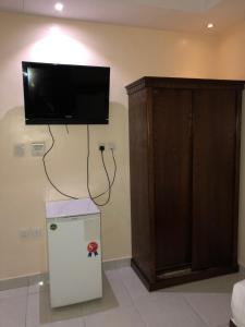 Uma TV ou centro de entretenimento em The Blue Bow
