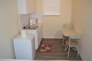 A kitchen or kitchenette at Island House South Beach