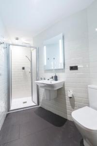 A bathroom at Albergue O Candil