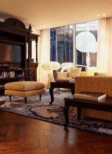 A seating area at Andaz Amsterdam Prinsengracht - a concept by Hyatt