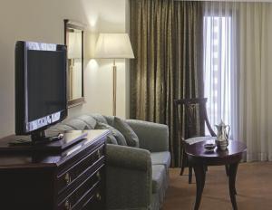 Uma TV ou centro de entretenimento em Madinah Mövenpick Hotel