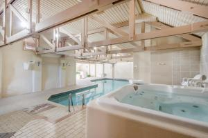 The swimming pool at or close to Broomhill Manor Holiday Cottages
