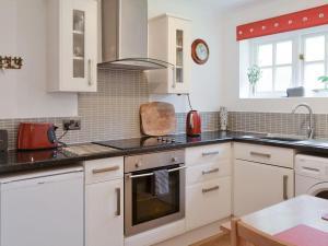 A kitchen or kitchenette at The Annex