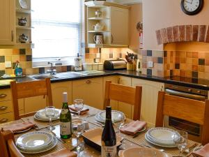 A kitchen or kitchenette at 32 High Street
