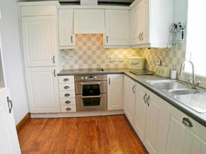 A kitchen or kitchenette at The Barn