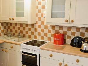 A kitchen or kitchenette at Sand Martin