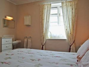 A bed or beds in a room at Columbine Cottage