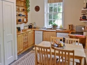 A kitchen or kitchenette at Skene House Cottage