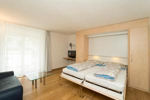 Ein Bett oder Betten in einem Zimmer der Unterkunft Chesa Quadrella jedes Zimmer mit Küchenzeile