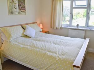 A bed or beds in a room at Freshwater Bay View