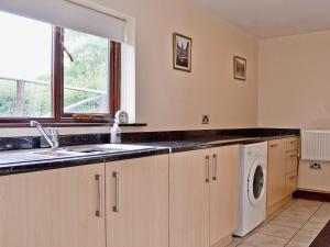 A kitchen or kitchenette at Mill Farm Lodge
