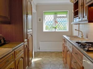 A kitchen or kitchenette at The Paddock Annexe