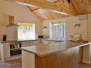 A kitchen or kitchenette at Bowles Cottage