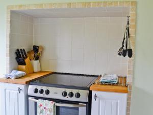A kitchen or kitchenette at Benvane Cottage