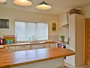 A kitchen or kitchenette at Riverbank Cottage