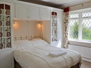 A bed or beds in a room at The Paddock Annexe