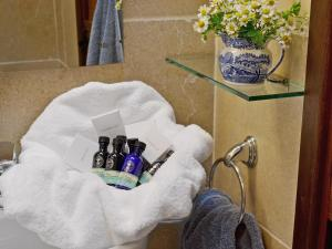 A bathroom at Wise Hare Cottage