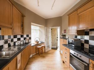 A kitchen or kitchenette at Peel Lodge