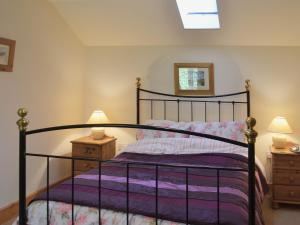 A bed or beds in a room at Blue Bell Cottage