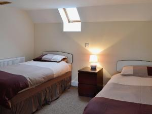 A bed or beds in a room at Sandy Brae Cottage