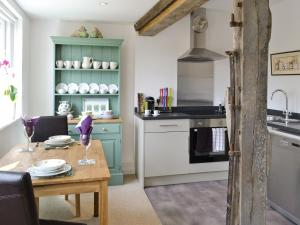 A kitchen or kitchenette at Garden Cottage