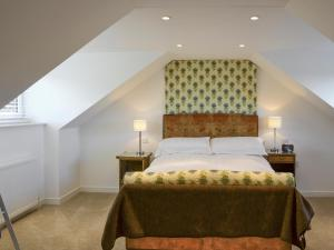 A bed or beds in a room at Greenmount Cottage