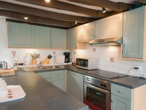 A kitchen or kitchenette at Millpool Cottage