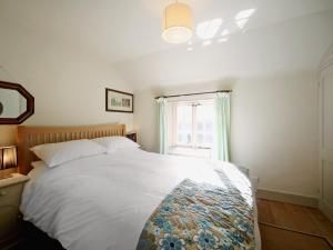 A bed or beds in a room at Jasmine Cottage