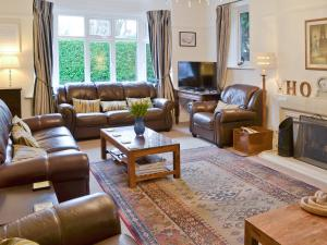 A seating area at Holme Cottage